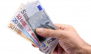 Работающие за границей госслужащие смогут получать зарплату в иностранной валюте
