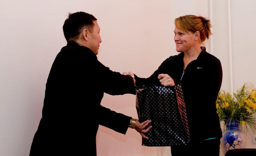 Чиновники Киргизии смогут выкупать у государства дорогие подарки