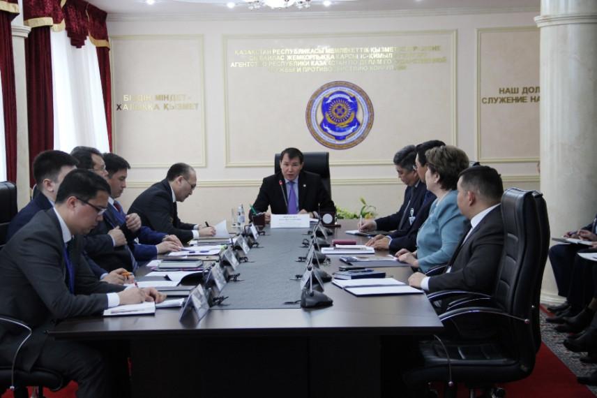 После перехода на новую систему зарплаты госслужащих Казахстана выросли в 2-2,5 раза