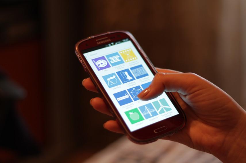 Казахским госслужащим вернут смартфоны