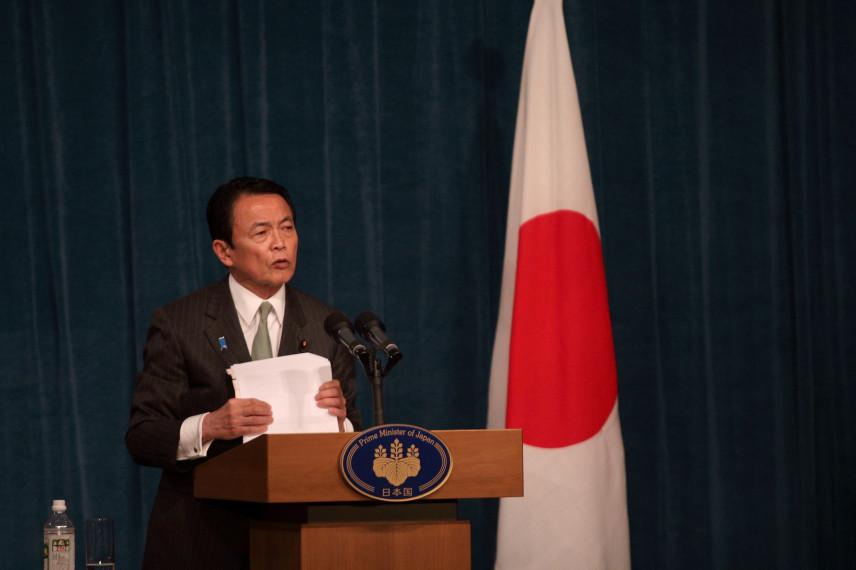 СМИ: Министр финансов Японии вернет зарплату за год из-за коррупционного скандала