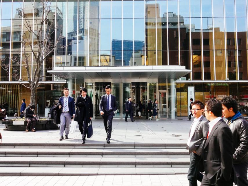 В Японии наказали чиновника, который на 3 минуты раньше уходил на обед