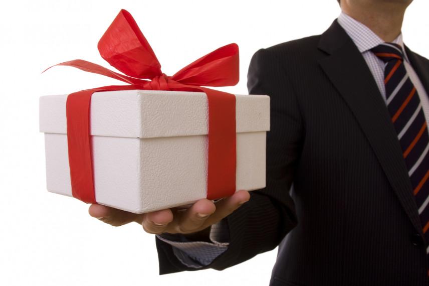 Правительство предлагает ввести новые ограничения на подарки госслужащим