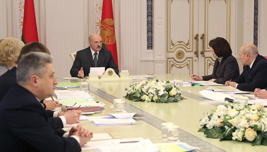 Для госслужащих Белоруссии разрабатывают новый закон
