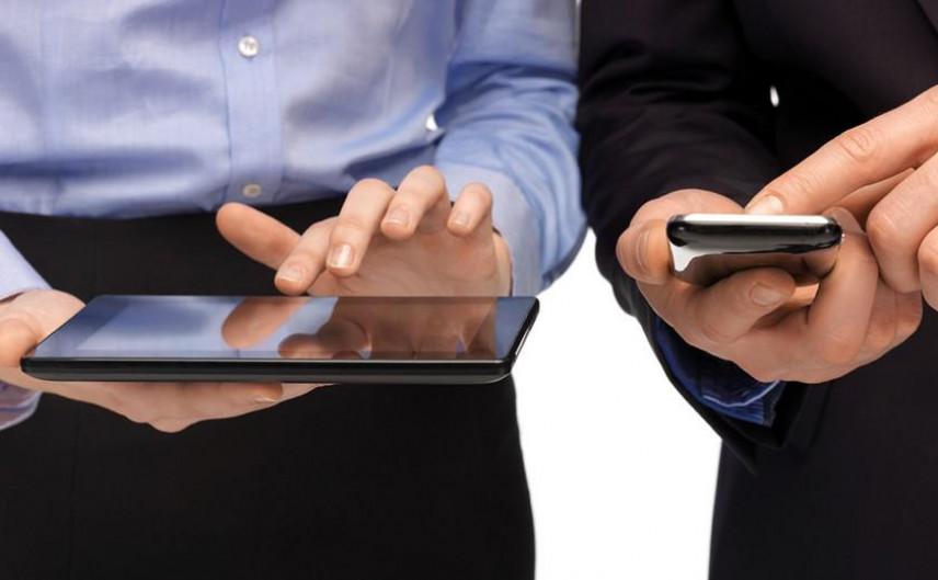 Госслужащим Казахстана вернут право пользоваться смартфонами