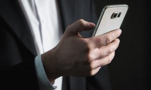 В Казахстане чиновникам разрешат пользоваться смартфоном в госучреждениях