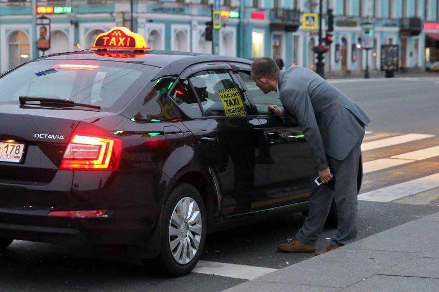 В правительстве задумались о замене служебных автомобилей чиновников на такси