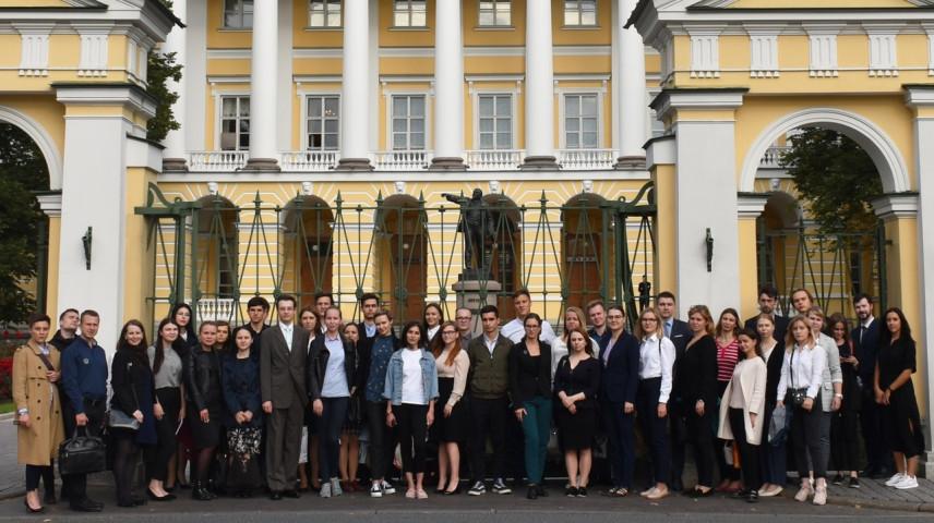 Госслужащими Петербурга в 2019 году стали более 100 участников МКР
