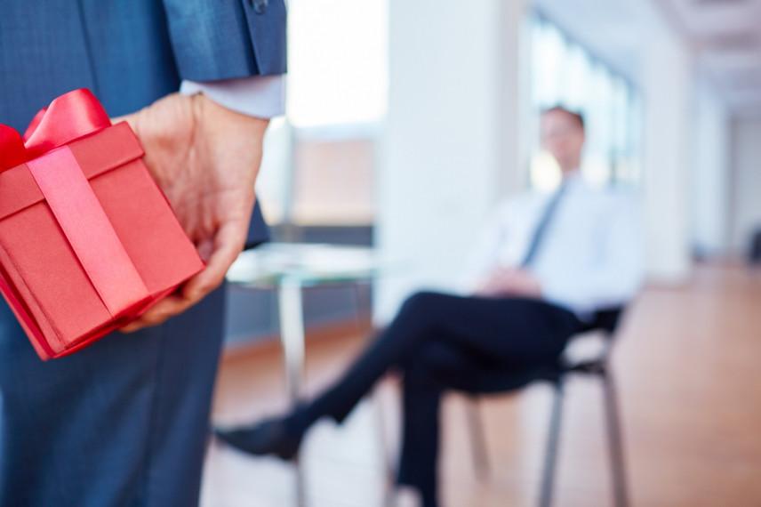 Минтруд дал разъяснения по вопросам, связанным с подарками должностным лицам
