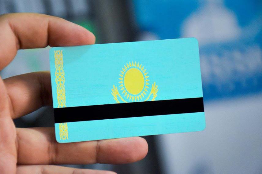 В Казахстане госслужащим меняют удостоверения на ID-карты