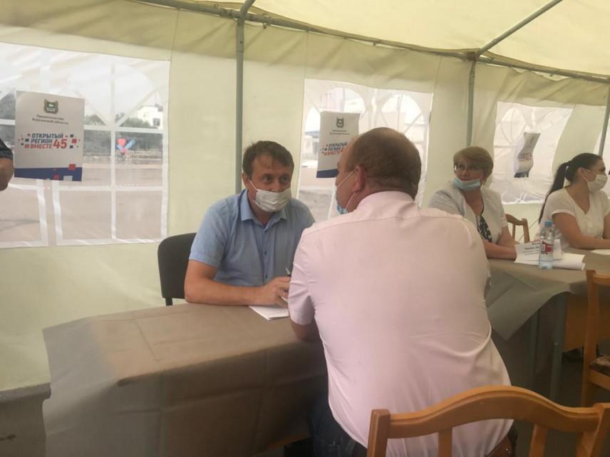 Жители Зауралья могут задать вопросы властям в открытых приемных