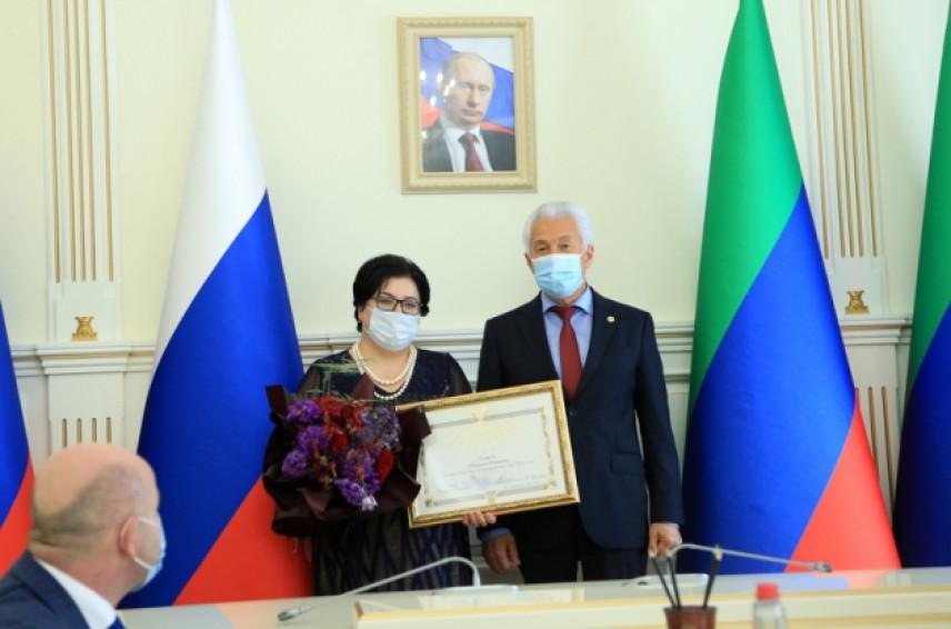 Глава Дагестана наградил почетными грамотами победителей конкурса «Лидеры России»