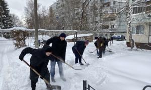 Чиновники Пензы расчищают снежные завалы