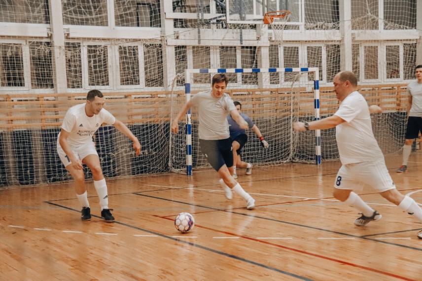 Госслужащие и волонтеры Курской области сыграли в мини-футбол