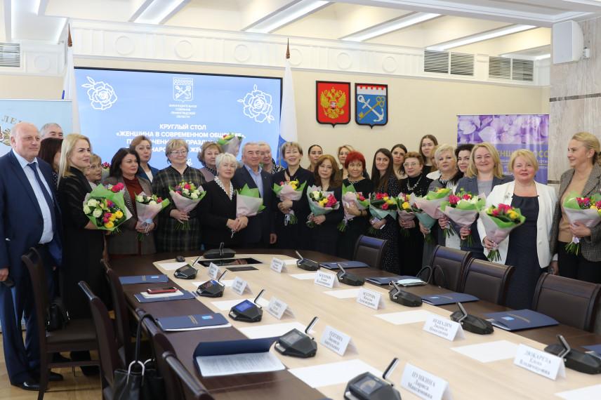 В Ленобласти около 80% муниципальных служащих – женщины