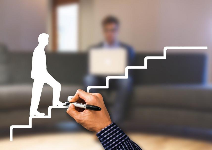 Экономист СПбГУ: Повышение чаще получают сотрудники около 35 лет, без семьи и с высшим образованием