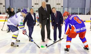 Команды ПМЭФ и администрации Петербурга вышли на гала-матч по хоккею